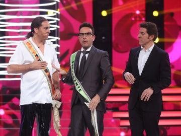 Àngel Llàcer hace entrega a Raúl Pérez de la banda de concursante de la sexta edición
