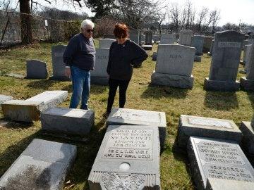 Lápidas dañadas en un cementerio judío