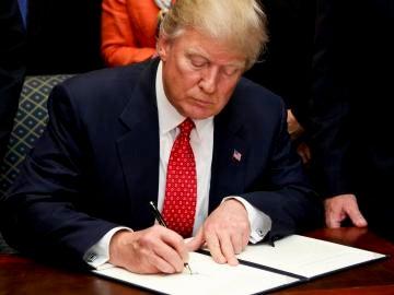 Trump firmando una orden ejecutiva