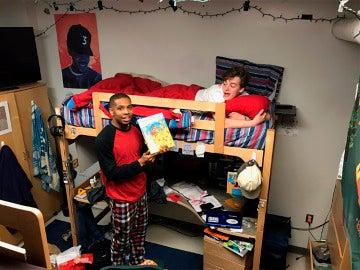 El joven leyendo un cuento a su compañero de habitación