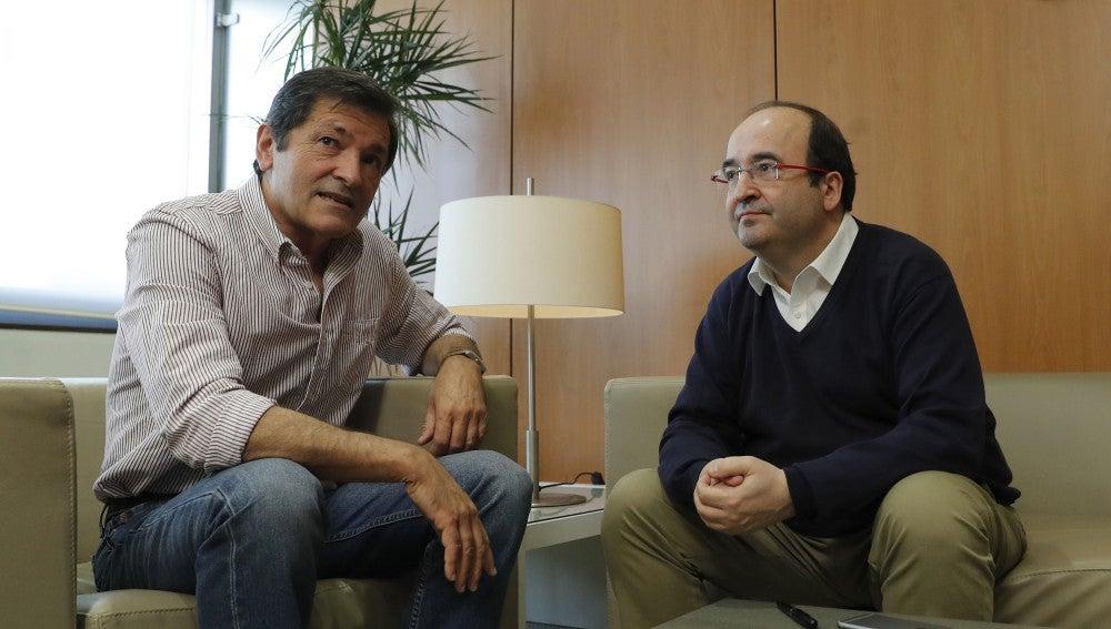 El presidente de la gestora del PSOE, Javier Fernández, y el primer secretario del PSC, Miquel Iceta