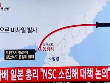 Un infografía de una televisión surcoreana en Seúl muestra la trayectoria seguida por los misiles balísticos