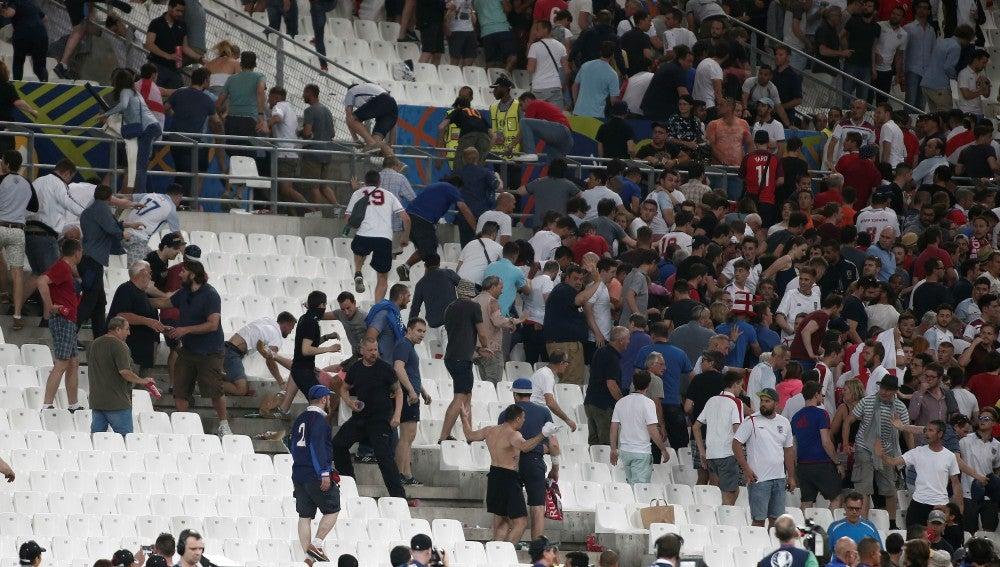 Ultras rusos se pelean en un estadio de la pasada Eurocopa