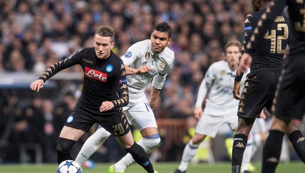 Casemiro pelea por un balón ante los jugadores del Nápoles