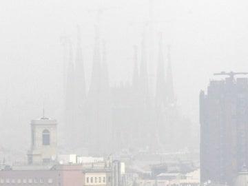 La contaminación oculta la Sagrada Familia de Barcelona