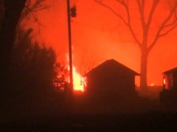Frame 0.558315 de: Tormentas y tornados con vientos muy fuertes alimentan incendios en buena parte de Estados Unidos