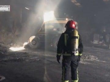 Frame 27.599803 de: Los bomberos neutralizan una nube tóxica en una empresa de residuos de Castellón