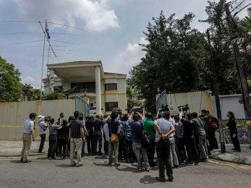 Miembros de la prensa se reúnen en la entrada de la Embajada de Corea del Norte