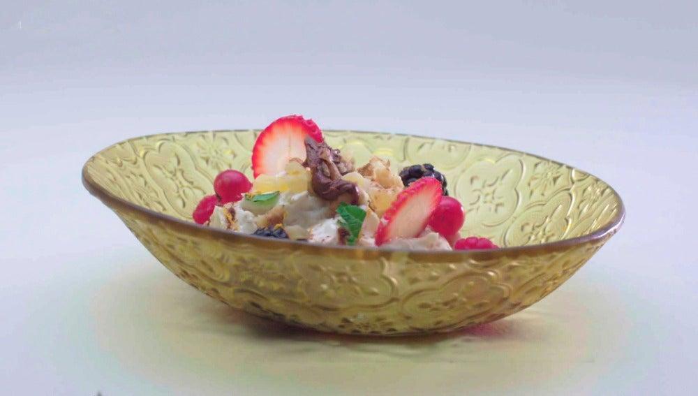 Crema de mascarpone con frutas, frutos rojos y chocolate