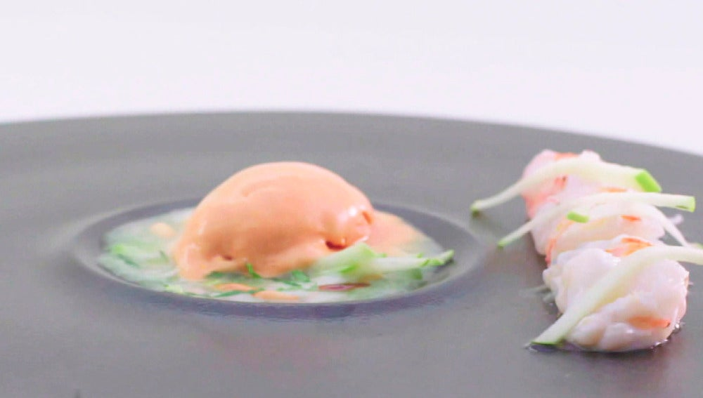 Helado de gazpacho y cigalas en dos texturas