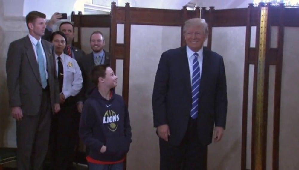 Trump aparece por sorpresa ante el primer grupo de visitantes de la Casa Blanca en su mandato