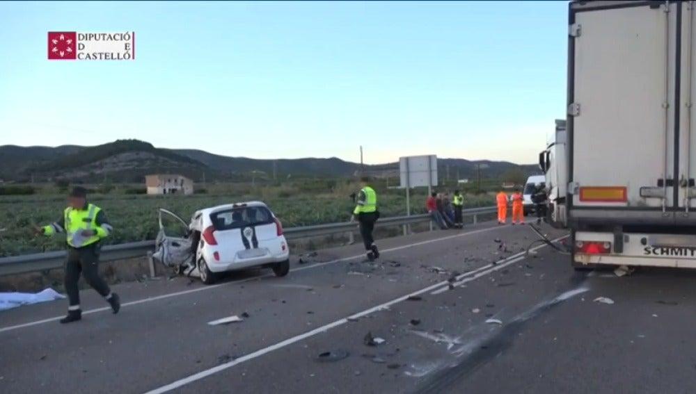 Frame 4.061214 de: Una persona muere al colisionar frontalmente el coche que conducía con un camión