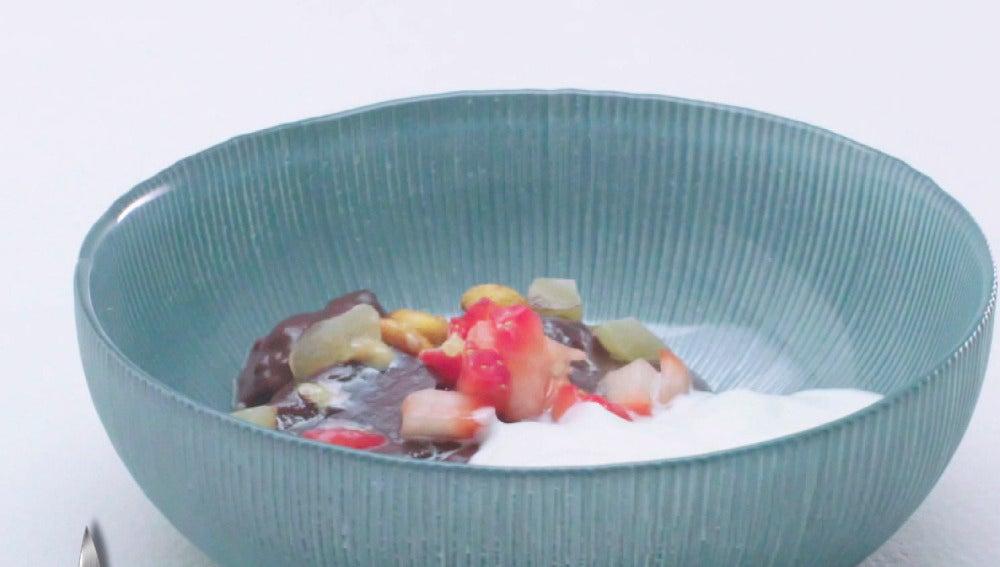 Flan de cacao con yogur y kikos
