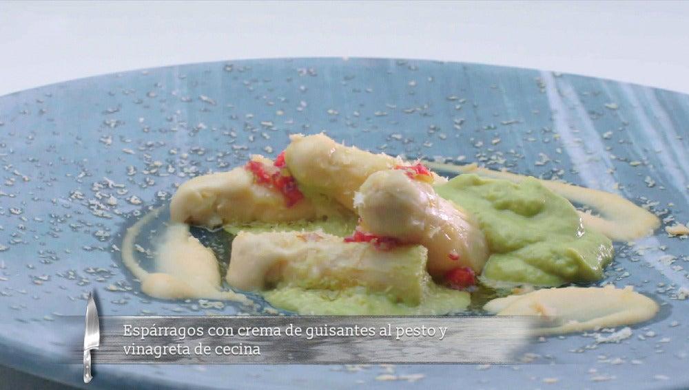 Espárragos con crema de guisantes al pesto y vinagreta de cecina