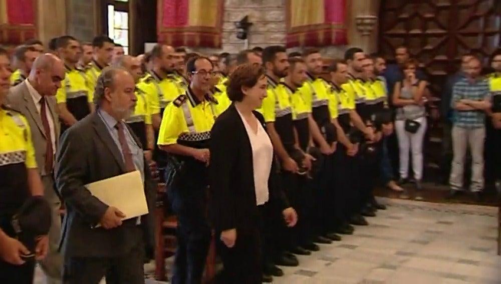 Frame 34.641569 de: Los policías creen que les está poniendo al servicio de los okupas