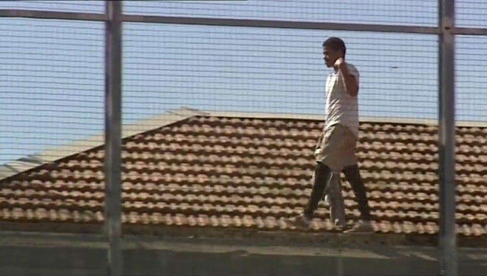 Frame 38.757043 de: Un preso burla la vigilancia y se encarama al tejado de la cárcel Modelo de Barcelona