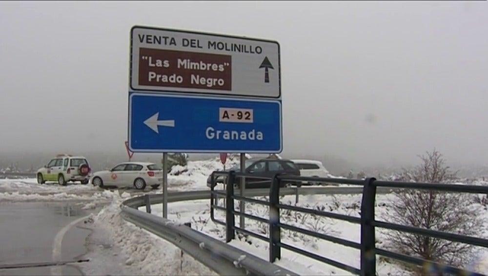 Frame 21.471975 de: Una nevada obliga a cortar la autovía A-92 y a desviar a decenas de vehículos