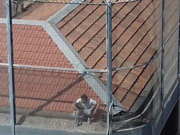 Imagen del preso en el tejado de la cárcel Modelo