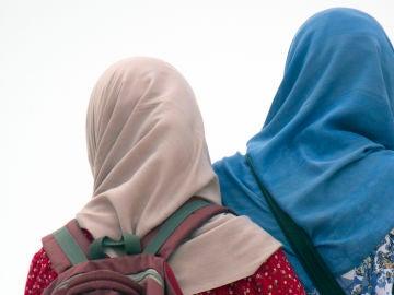 Dos mujeres con velo islámico