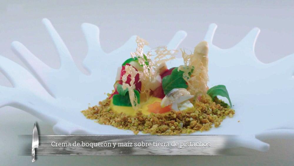 Crema de boquerón y maíz sobre tierra de pistachos