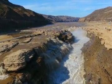 Frame 3.096823 de: Sube la temperatura y se derrite la cascada Hukou