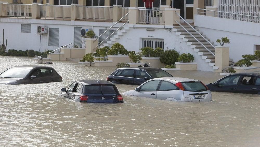 Algunos de los vehículos que han quedado atrapados por las fuertes lluvias registradas durante la pasada noche en Alicante