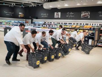 Guerra en el supermercado por conseguir los mejores productos envasados