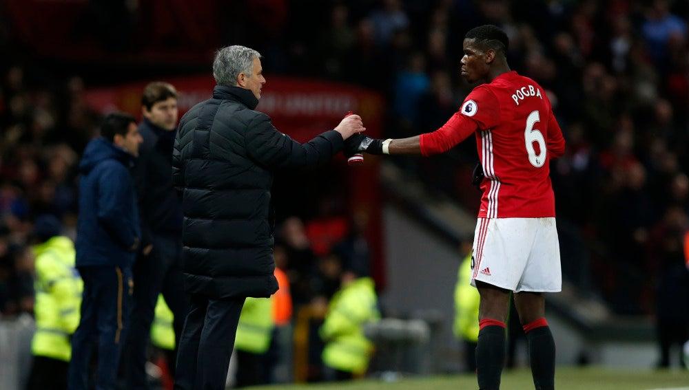 Mourinho y Pogba, en un partido del Manchester United