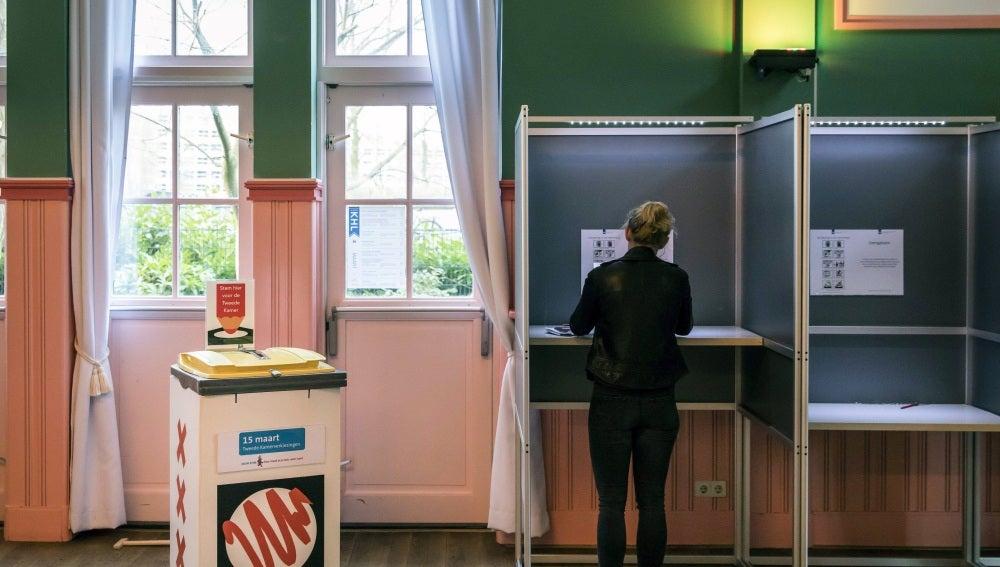 Una ciudadana holandesa vota