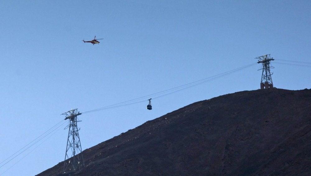 Tres helicópteros del Grupo de Emergencias y Salvamento (GES) del Gobierno de Canarias y otro de la Guardia Civil participan en la evacuación
