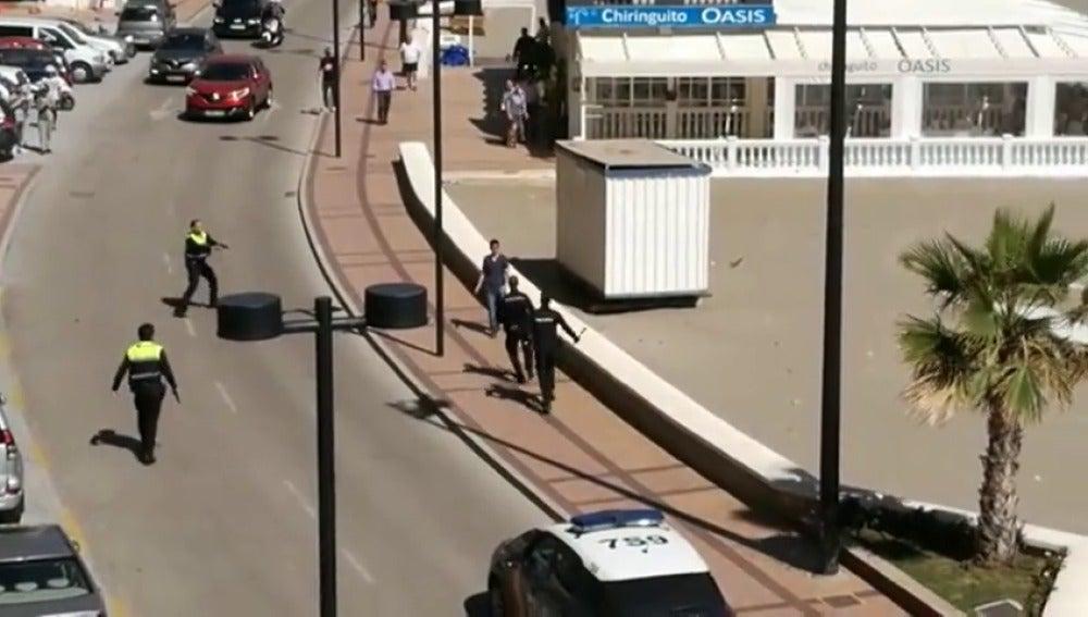 Frame 2.440558 de: Varios agentes de policía reducen a un hombre que caminaba por el paseo marítimo con un cuchillo