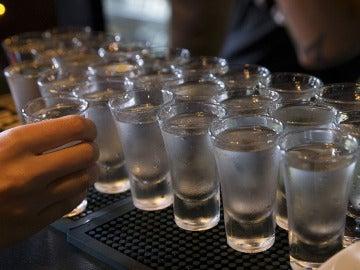 Varios 'chupitos' de vodka