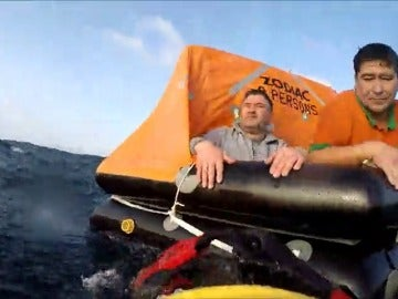 Frame 39.013333 de: Rescatan a los tripulantes de un pesquero incendiado al noroeste de A Coruña