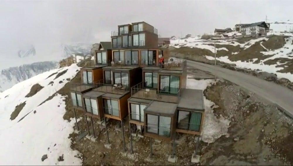 Frame 3.041479 de: Un original hotel de esquí construido con contenedores de transporte reciclados