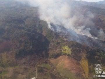 Evacuan la localidad leones de Villar de Otero a causa de un incendio