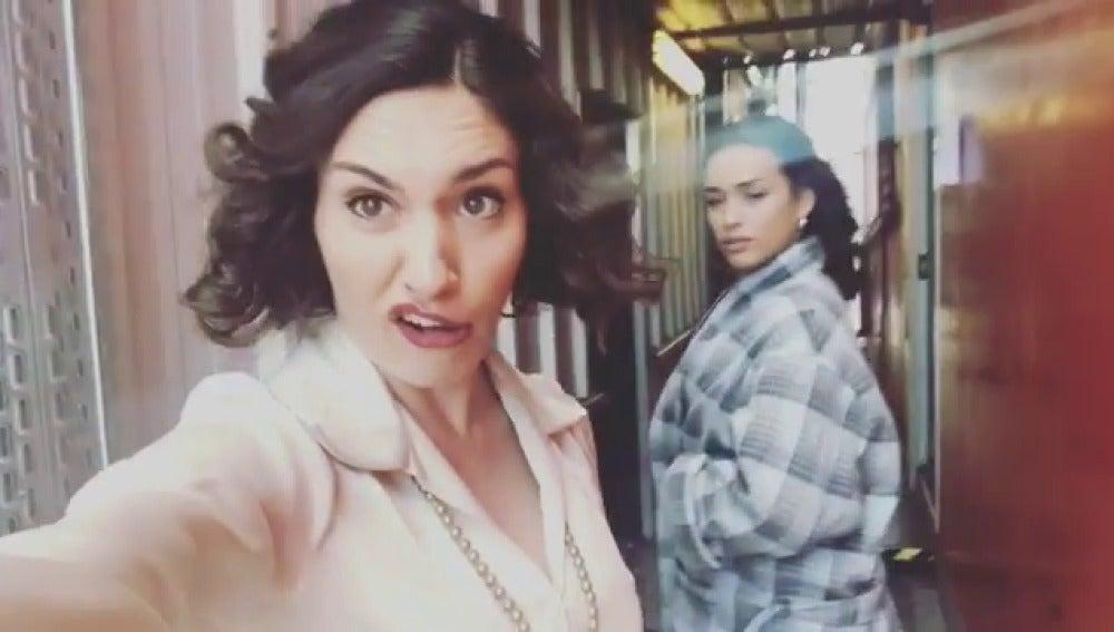 Yara Puebla y Chanel Terrero en los pasillos