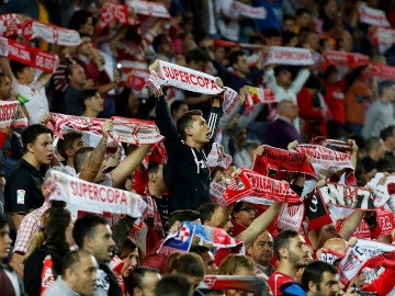 Aficionados sevillistas durante un encuentro del Sevilla