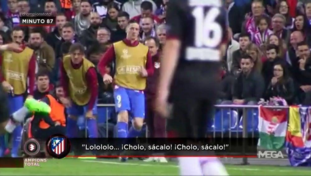 Frame 14.029017 de: El Calderón demostró su cariño a Fernando Torres, ¡que calentó durante una hora en la banda!