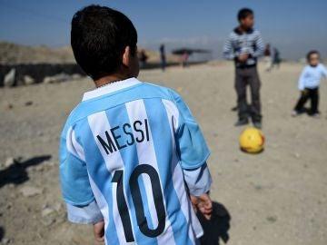 Niño sirio con la camiseta de Messi