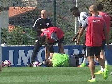 Frame 7.12 de: Álex Remiro sufre traumatismo craneoencefálico tras ser evacuado del entreno por un balonazo en la cara