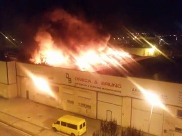 Frame 0.0 de: Un incendio calcina una nave de una carpintería metálica en el polígono Morea de Beriáin