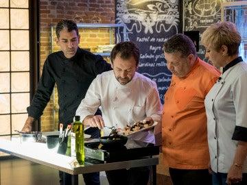 Nacho Manzano enseña a los concursantes cómo cocinar con restos