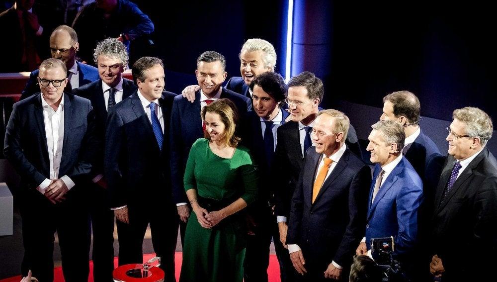 Los candidatos posan tras el debate antes del inicio de la jornada electoral en Holanda