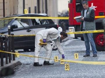La policía francesa en busca de pruebas tras la explosión de una bomba registrada en la sede del FMI