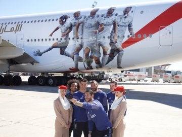 Los jugadores del Real Madrid posando enfrente del avión