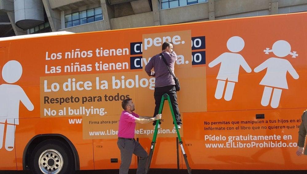 Hazteoir recupera con nuevos matices el lema original de su autobús