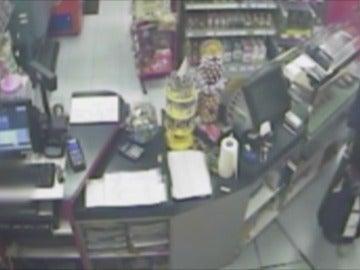 Frame 7.541144 de: Detenidos un padre y su hijo dedicados a atracar gasolineras