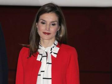 La reina Letizia con el abrigo rojo de Zara