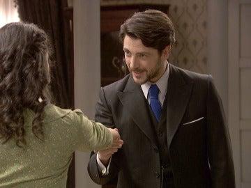 Lucía enmudece al conocer al guapo de Hernando