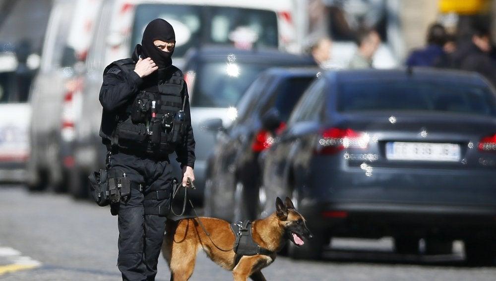 Agentes de policía montan guardia en los alrededores de la sede del Fondo Monetario Internacional (FMI)